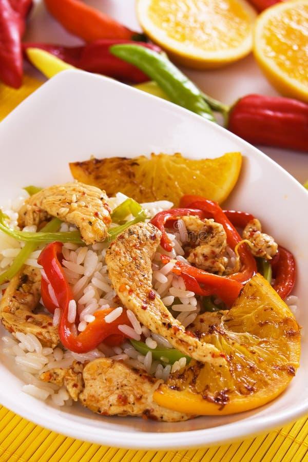 亚洲鸡油煎的美食的橙色米 库存图片
