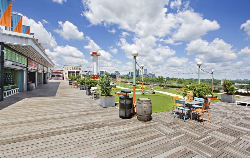 亚特兰大热门旅游景点Ponce City Market Rooftop的天际线公园景观 免版税库存图片