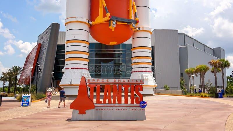 亚特兰提斯号太空梭在肯尼迪航天中心Visi的展览标志 免版税库存照片