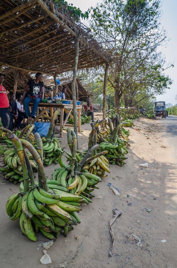 亚穆苏克罗,象牙海岸- 1月31,2014 :绿色和黄色大蕉和其他菜待售在路市场上 库存照片