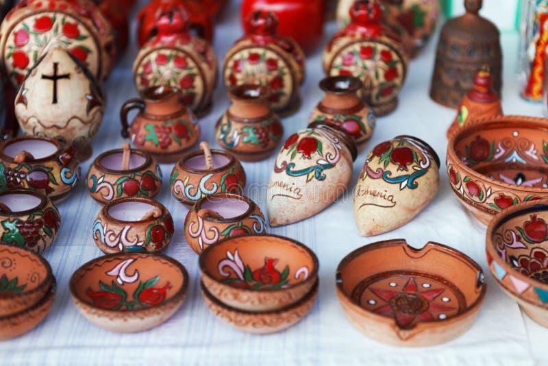 亚美尼亚古老样式瓦器黏土杯子在市场Vernisazh上 免版税库存图片