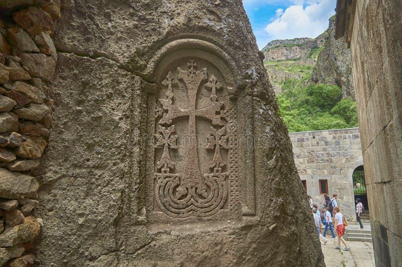 亚美尼亚,修道院Geghard - 2017年, 6月12日 亚美尼亚发怒石khachkar在古老修道院墙壁  免版税库存图片
