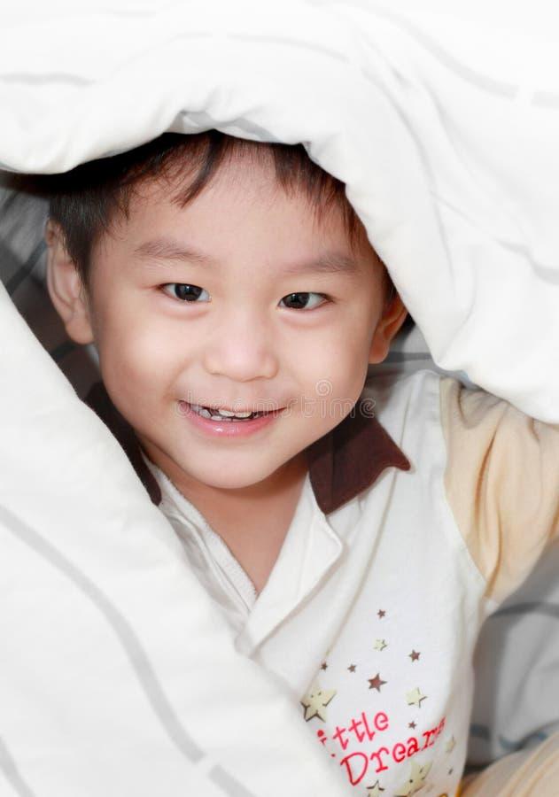 亚裔一揽子男孩报道的微笑 图库摄影