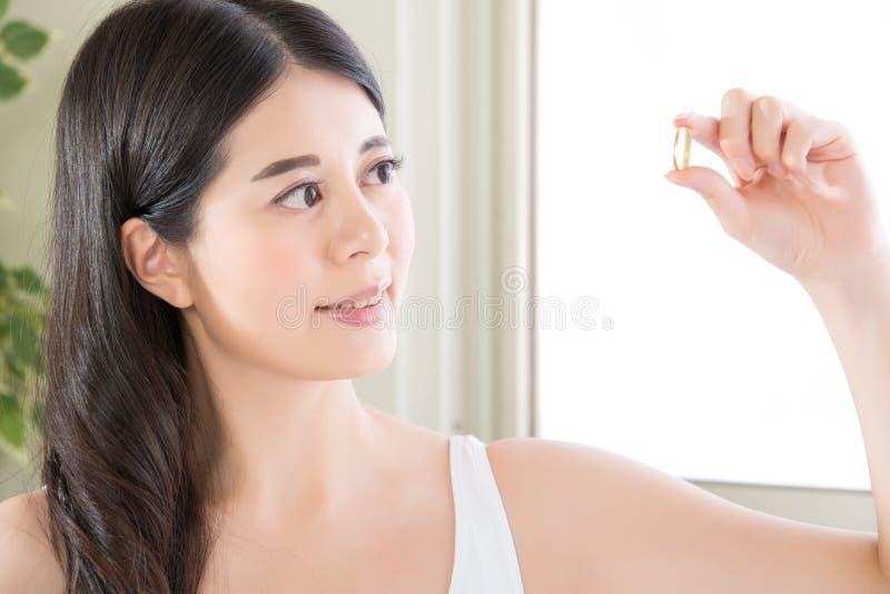 亚裔与营养维生素的妇女健康饮食和健康吃 图库摄影