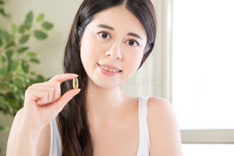 亚裔与营养维生素的妇女健康饮食和健康吃 库存图片