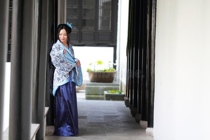 亚裔中国女孩画象传统礼服的,佩带蓝色和白色瓷样式Hanfu 免版税库存照片