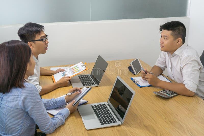 亚裔买卖人有讨论在候选会议地点 免版税图库摄影