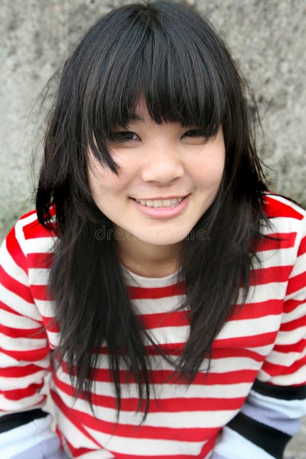 亚裔五颜六色的女孩微笑的数据条佩带 库存图片