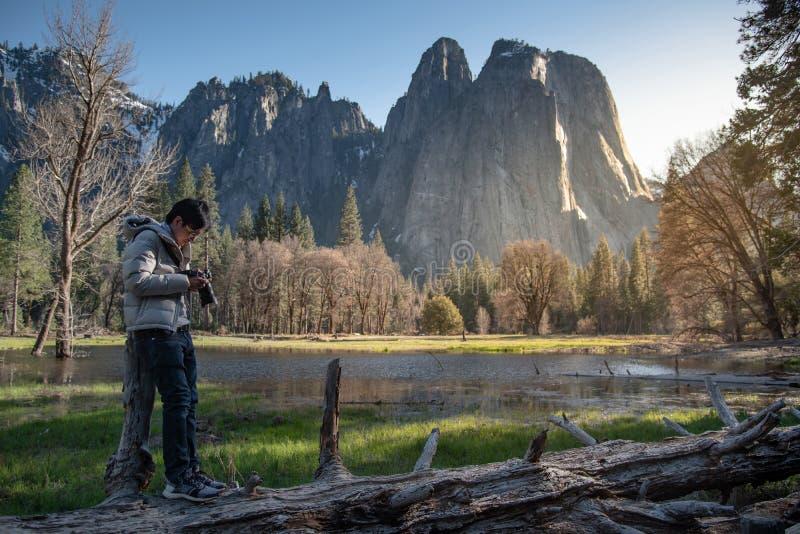 亚裔人摄影师在优胜美地国家公园 免版税库存照片