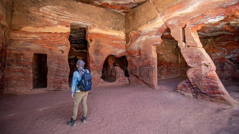 亚裔人旅客在Petra的居住的家 库存照片