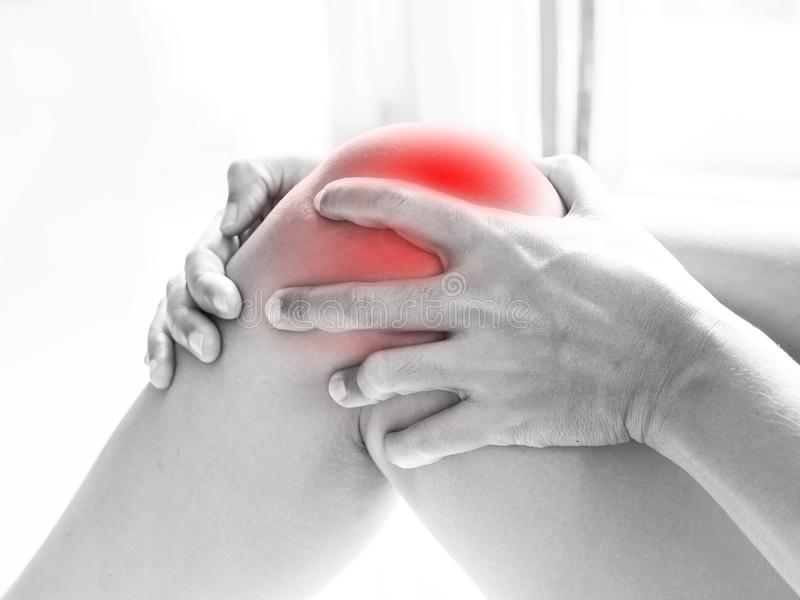亚裔人民有膝盖痛苦,从健康问题的痛苦在身体 免版税库存图片