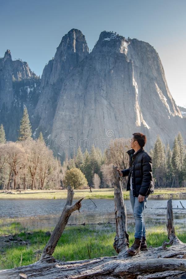 亚裔人游人在优胜美地国家公园 免版税库存图片
