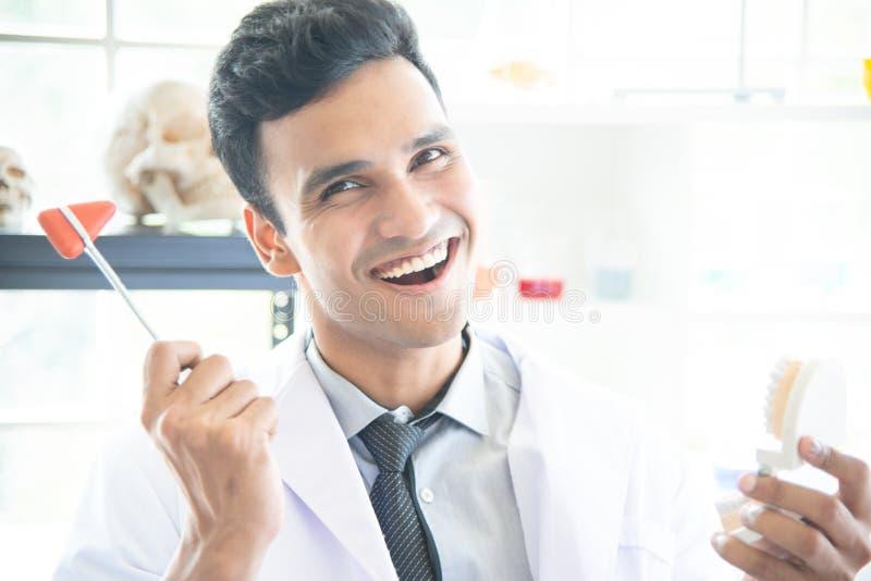 亚裔人科学家、研究员、技术员、牙医或者学生做了研究或试验或者在实验室诊断 图库摄影