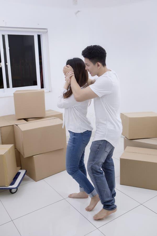 亚裔他的妻子的人关闭的眼睛在新房里 库存照片