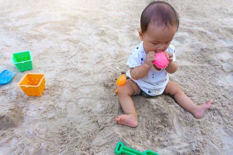 亚裔使用与沙子的小孩婴孩泰国女孩 免版税库存照片