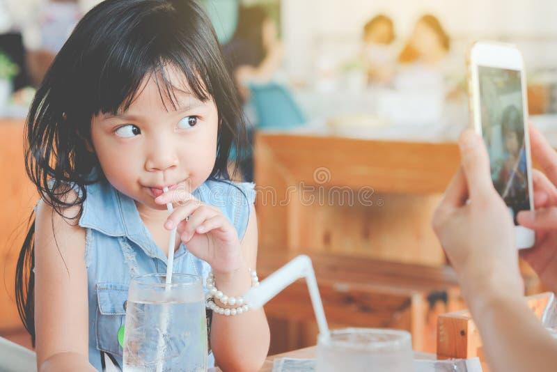 亚裔儿童女孩饮用水 免版税图库摄影