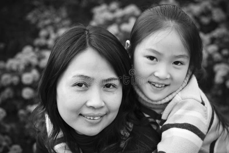 亚裔儿童母亲 免版税库存照片