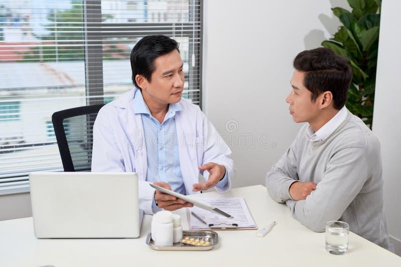 亚裔医生咨询年轻患者 库存照片