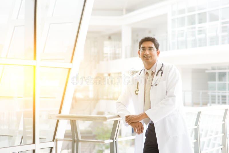 亚裔印地安医生医院外 库存照片