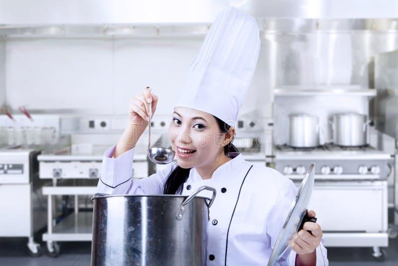 亚洲厨师品尝食物 免版税库存照片