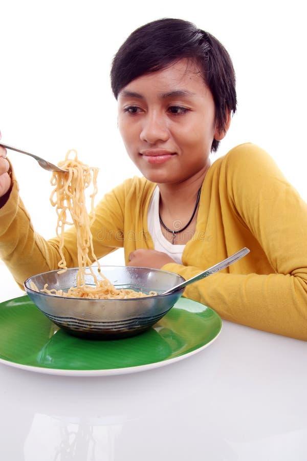 亚裔吃的面条妇女 免版税库存照片