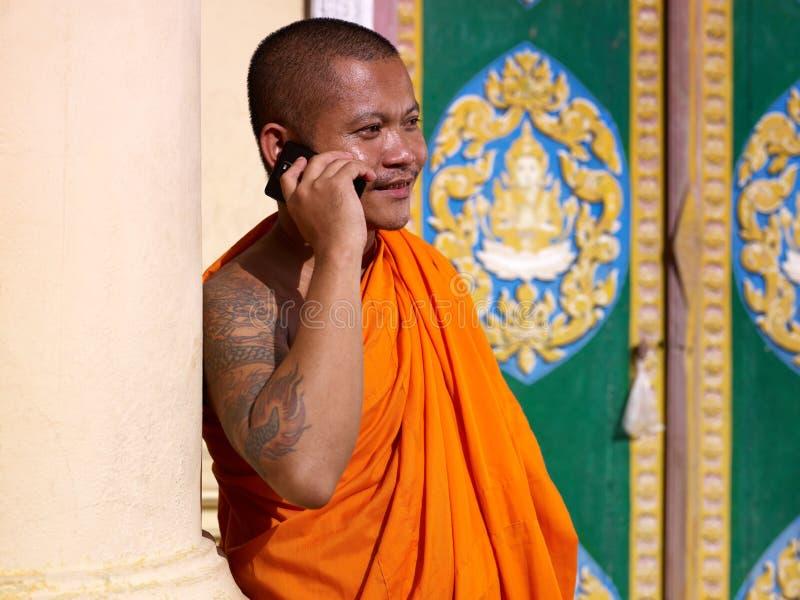 亚裔和尚联系在寺庙的电话 免版税库存图片
