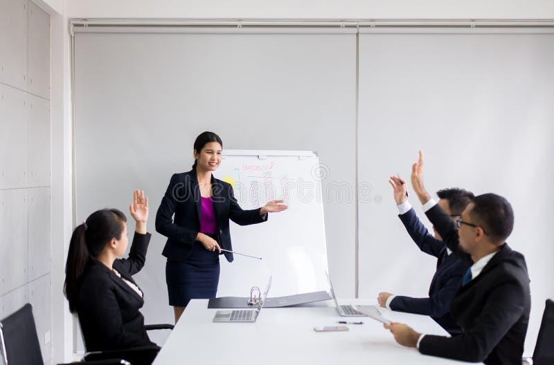 亚裔商人在证券交易经纪人行情室会议,队小组一起谈论在会议在办公室 免版税库存图片