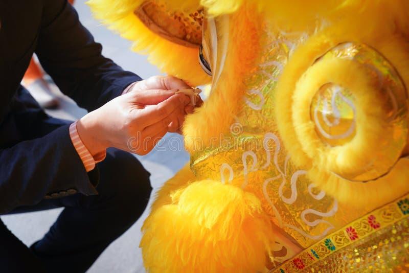 亚裔商人装饰金器对人工制品黄色中国狮子 库存图片