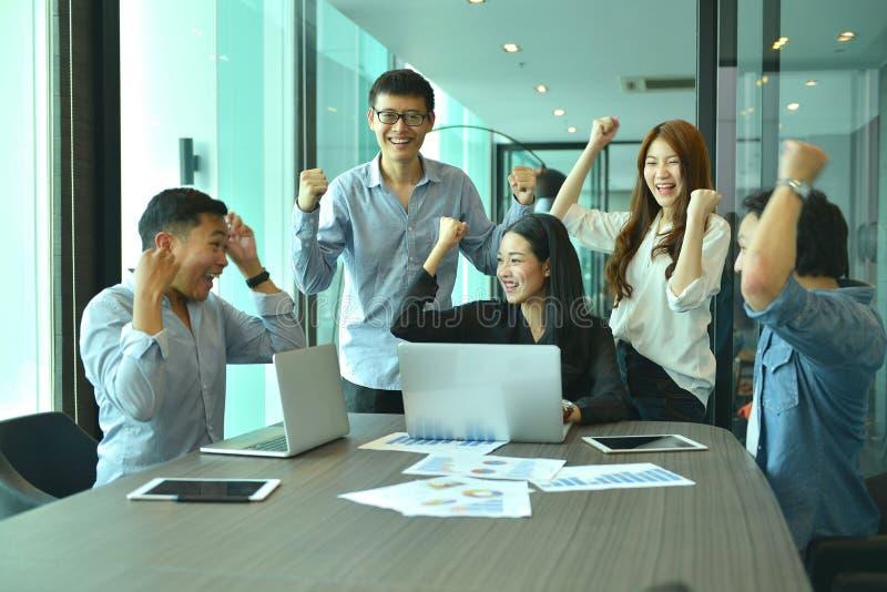 亚裔商人配合成功项目,标记队 库存图片
