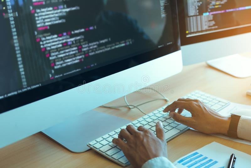 亚裔在书桌上的人运作的代码节目开发商计算机网发展业务设计软件在办公室 库存照片