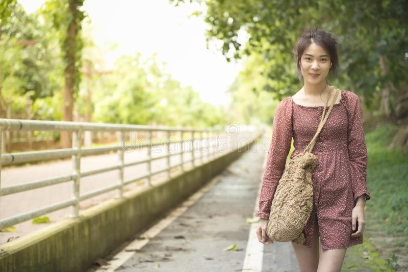 亚裔在偶然步行的妇女少年礼服画象与在室外公园,liftstyle的大微笑少年在新的genaration 免版税库存照片