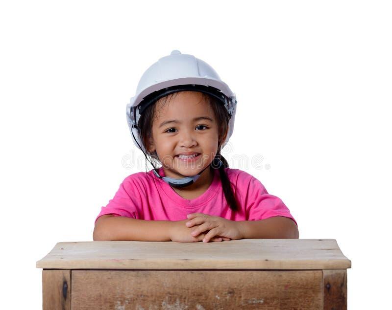 亚裔在白色背景隔绝的孩子头戴安全帽的和微笑 孩子和教育概念 库存照片