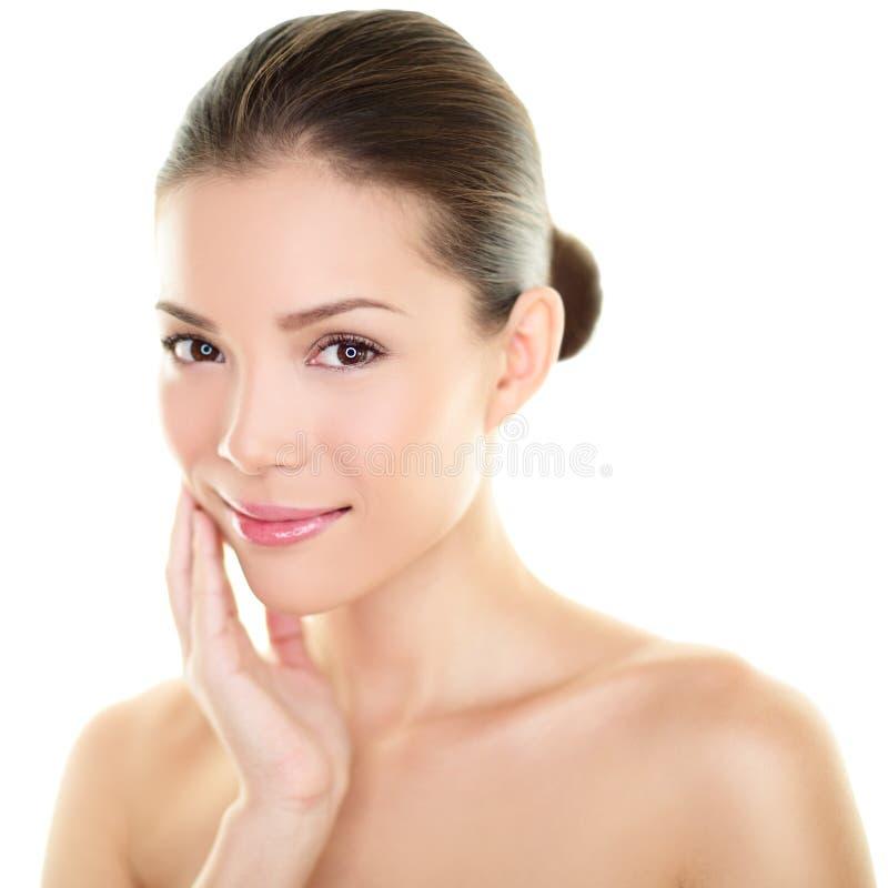 亚裔在面孔的秀丽skincare妇女感人的皮肤 免版税库存照片
