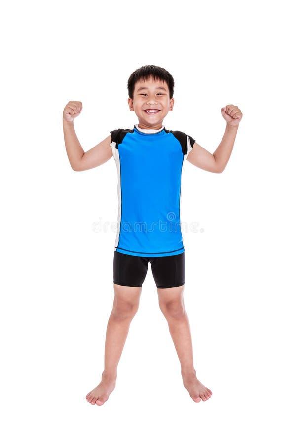 亚裔坚强的男孩显示二头肌力量 查出在白色 免版税库存图片