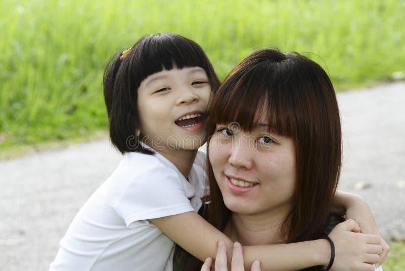 亚裔女儿她拥抱的母亲 图库摄影