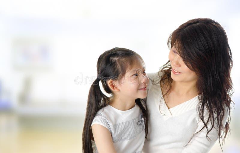 亚裔女儿母亲 库存照片