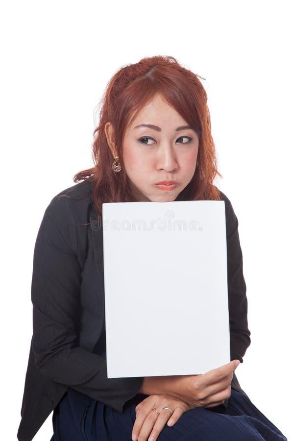 亚裔女勤杂工被喂养展示一个空白的标志 免版税库存照片