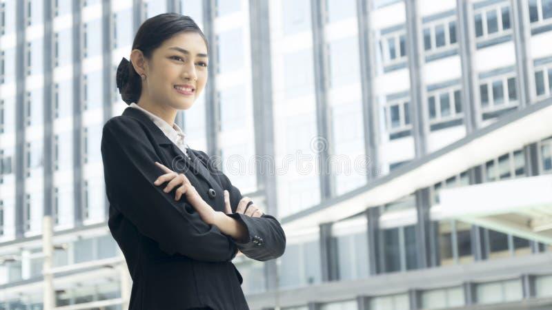 亚裔女商人站立与确信的投稿在室外pu 免版税库存照片