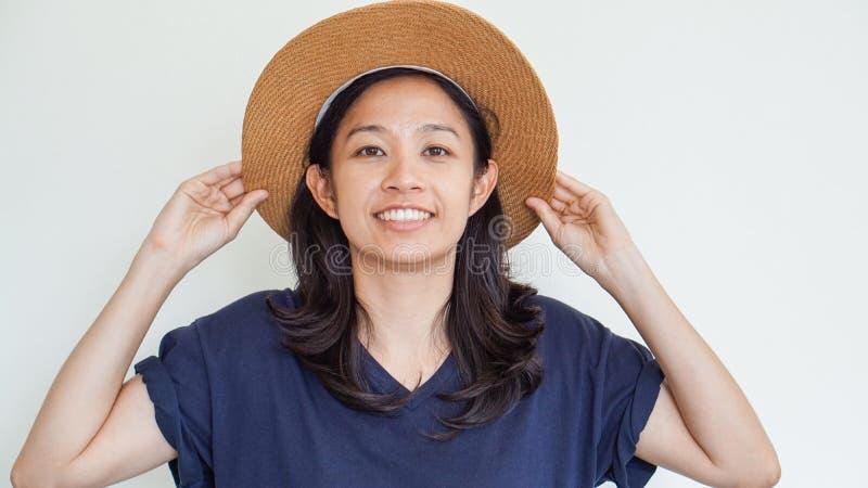亚裔女孩佩带的草帽夏天乐趣 放松,并且愉快表达 库存照片