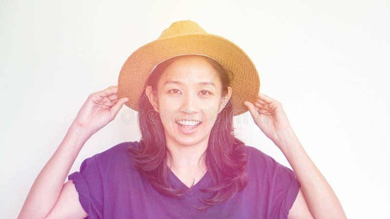 亚裔女孩佩带的草帽夏天乐趣 放松,并且愉快表达 库存图片