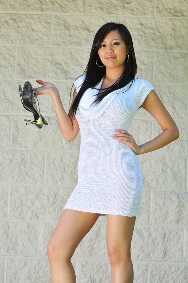 亚裔女孩华美的脚跟她的高藏品 库存图片