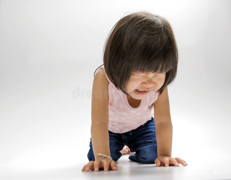 亚裔女孩哭泣的孤立 免版税库存照片