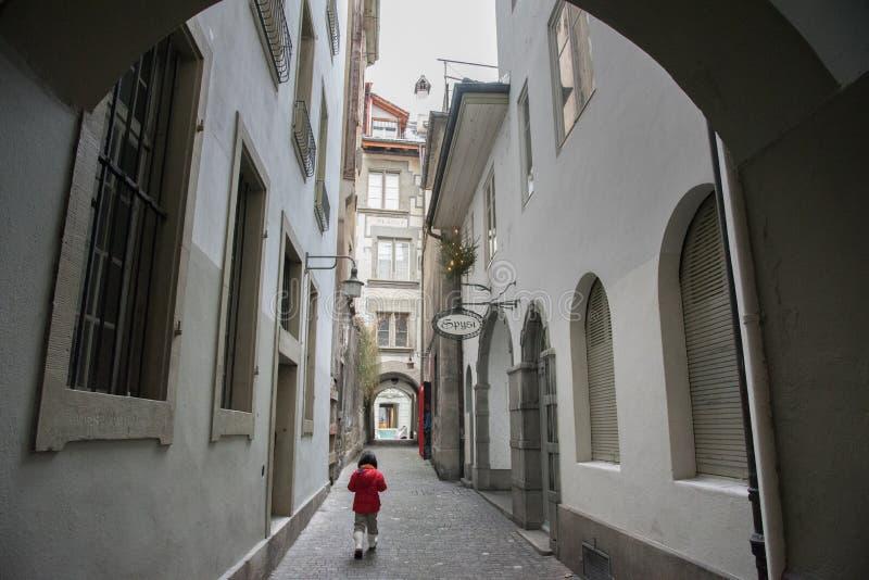 亚裔女孩在伯尔尼镇在冬天,瑞士,欧洲 免版税库存图片