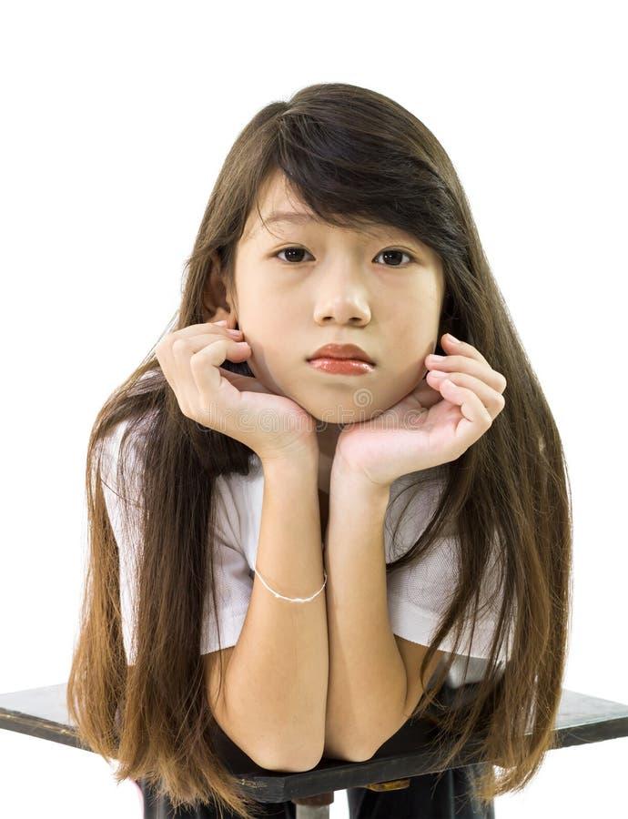 亚裔女孩支持她的下巴 免版税库存图片