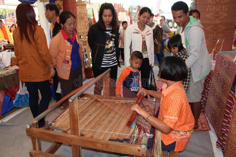 亚裔女孩编织席子 库存照片