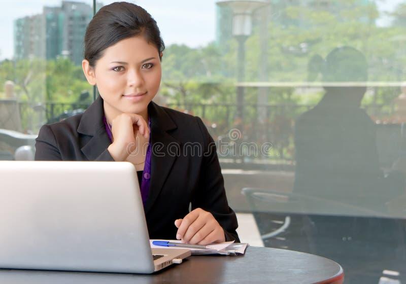 亚裔女实业家微笑年轻人 免版税库存照片
