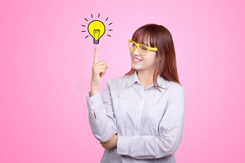 年轻亚裔女实业家画象在办公室 成功生长企业概念 免版税库存照片