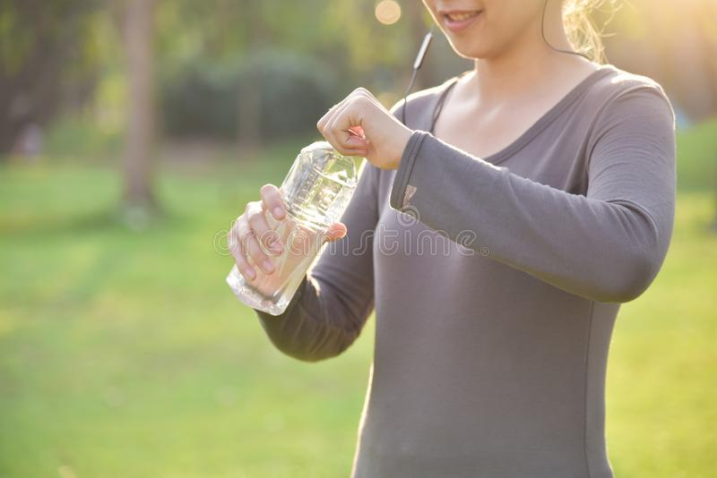 亚裔女性休息和饮用水 库存照片