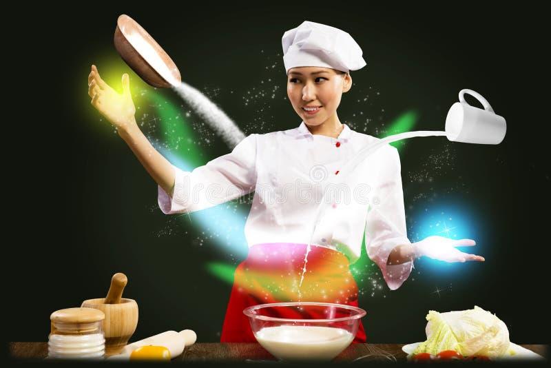 亚裔女性厨师在厨房召唤 库存照片