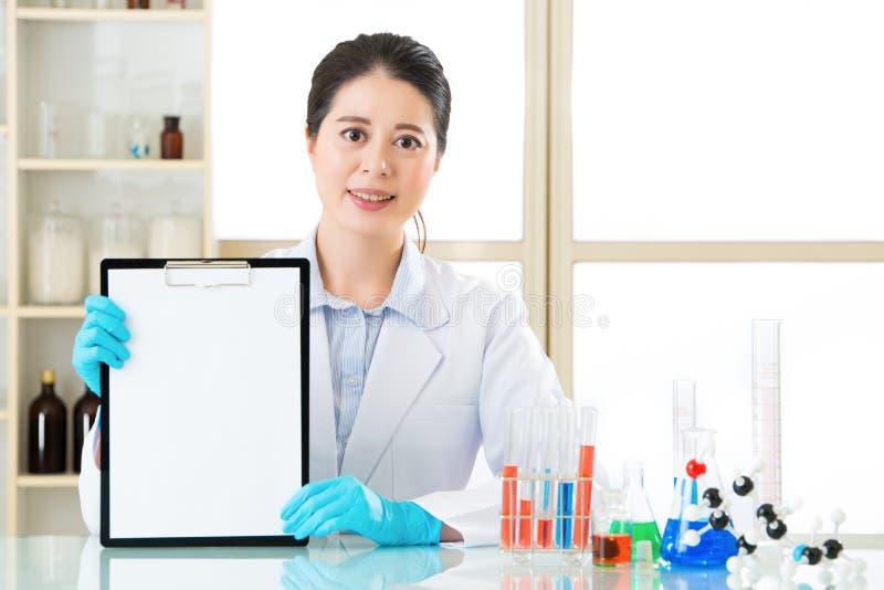 亚裔女性科学家困厄了对记录她的研究数据 免版税库存照片